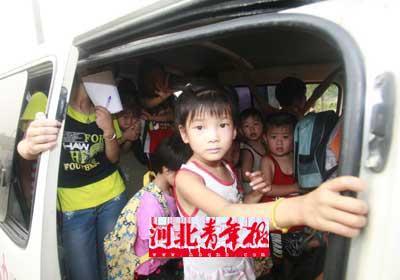 孩子们无辜地望着民警,不知发生了什么。摄/本报记者 任全军