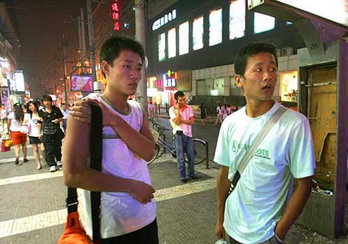 20时30分,显得无助的王红业(右)刘勇案板街上还在努力