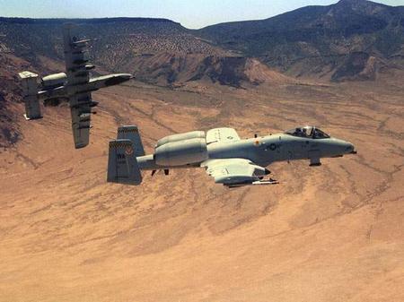 一架A-10在做横滚