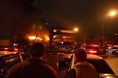 巴西客机降落时撞向加油站并爆炸