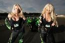 图文:[MotoGP]德国站美女 脱下赛车服的一刻