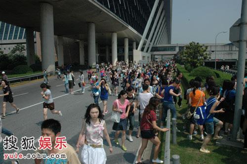 千名粉丝在机场狂奔