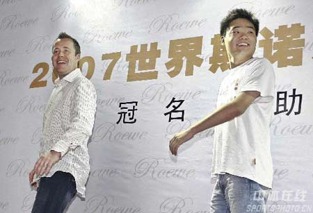 图文:斯诺克上海大师赛造势 丁俊晖回眸一笑