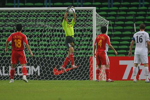图文:[亚洲杯]中国VS乌兹别克 杨君一展身手