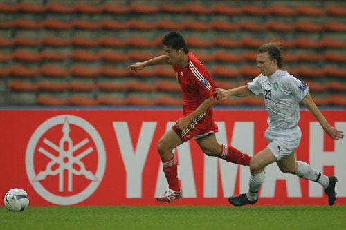 图文:[亚洲杯]中国VS乌兹别克 董方卓突破如风