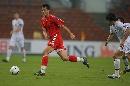 图文:[亚洲杯]中国VS乌兹别克 佳一寻找机会