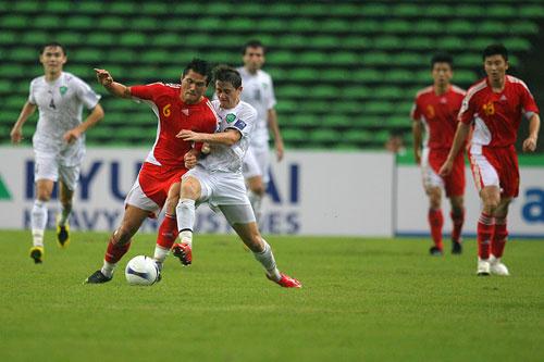 图文:中国0-3乌兹海外球员图 佳一护球出色
