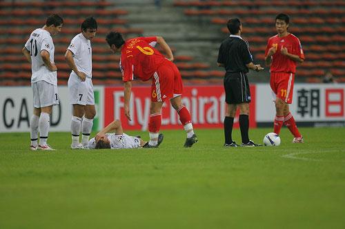 图文:中国0-3乌兹海外球员图 佳一放倒对手