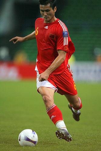 图文:中国0-3乌兹海外球员图 佳一衔枚疾进