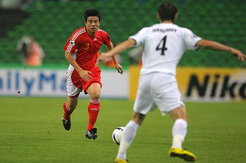 图文:中国0-3乌兹海外球员图 孙祥带球突破