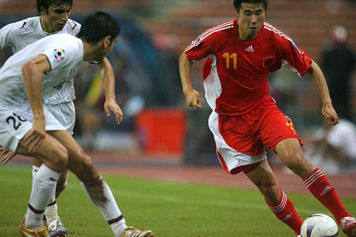 图文:中国0-3乌兹海外球员图 小董犀利突破