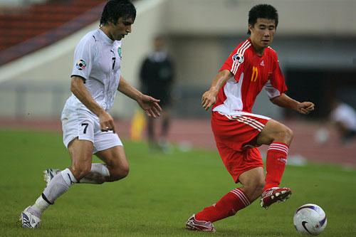 图文:中国0-3乌兹海外球员图 小董突然变向
