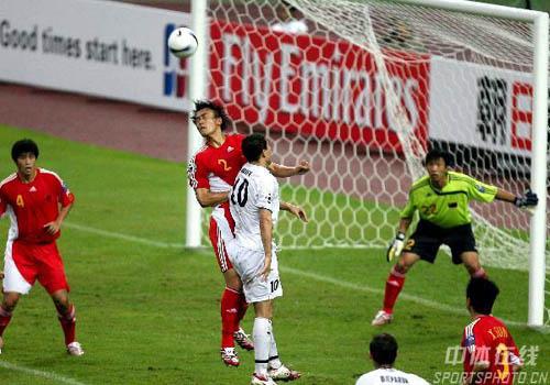 图文:中国0-3乌兹海外球员图 杜威奋力解围