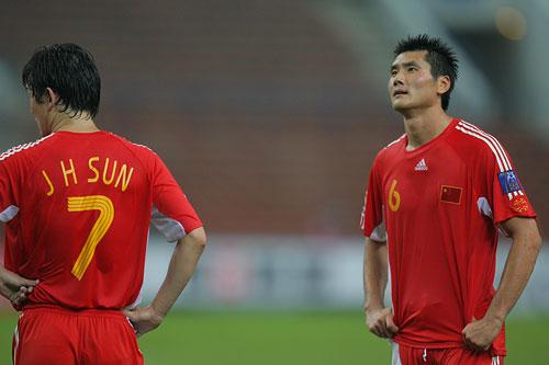 图文:[亚洲杯]中国0-3乌兹 佳一望向计分牌