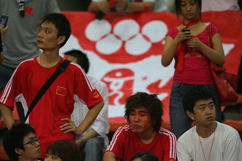 图文:[亚洲杯]中国0-3乌兹 球迷黯然神伤