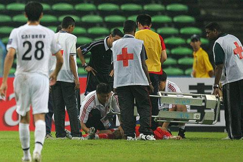 图文:[亚洲杯]中国0-3乌兹 韩鹏休克下场