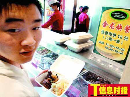 旅客们普遍反映12元的快餐经济实惠。黄亦民 摄