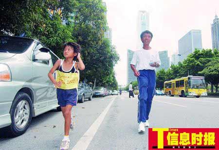 乘车抵达广州后,张家父女下车跑步20分钟入住酒店。