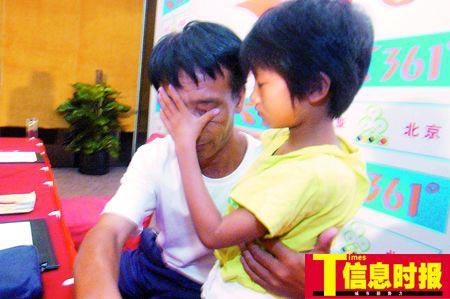 在昨日的发布会上,小慧敏心疼地为爸爸擦干眼泪。