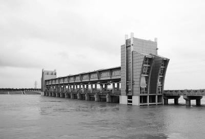安徽省蚌埠市防洪工程全长25.3公里,保护面积550平方公里、人口130万。目前工程已发挥防洪效益。图为淮河洪峰安全通过蚌埠。唐 伟摄