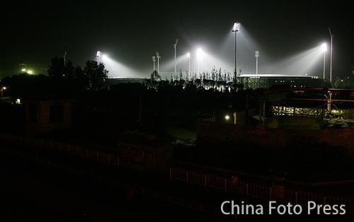 图文:五棵松棒球场亮灯 夜幕下场馆群如白昼