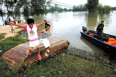 2007年7月17日,蚌埠五河县陈桥村,灾区的村民在帐篷前打水。村里在高地搭了帐篷,让低洼地区的群众躲避洪峰