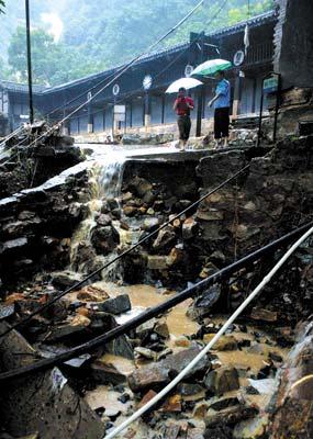 洪灾造成了渣滓洞院墙严重的塌方