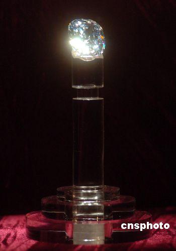 """七月十八日,澳博最近收藏的一颗218.08卡拉,世界最大之枕型D色全美无瑕之钻石被命名为""""何鸿燊之星.澳门新葡京""""。 中新社发 史利 摄"""