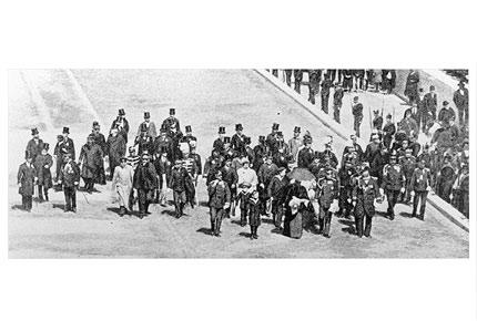 1896年4月6日,第一届奥运会开幕,皇室成员进入体育场