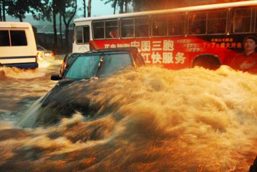 2007年7月18日下午五点左右,济南下起罕见暴雨。街道淹水将近半米高,道路交通完全停止。洪水几乎将轿车推倒。