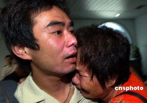 家住厦门市海沧区的厦门籍船员林景德抵达机场时,前来迎接的母亲紧紧抱头痛哭。