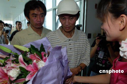 船员们抵达厦门时,受到机场地勤人员的鲜花欢迎。