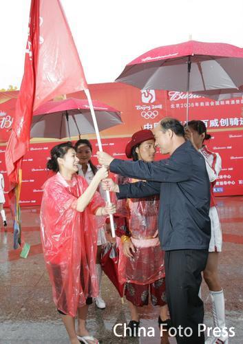 图文:万人骑行迎奥运 全国巡游仪式在雨中启动