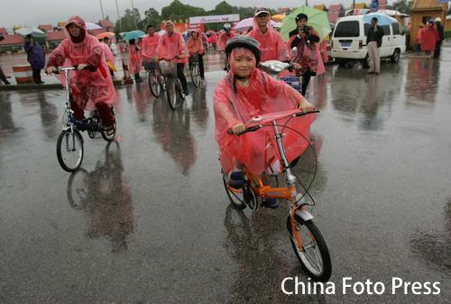 图文:万人骑行迎奥运 全国巡游仪式在昆明启动