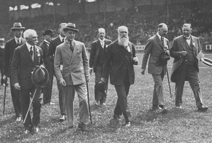 1924年7月5日,国际奥委会官员们在场地上