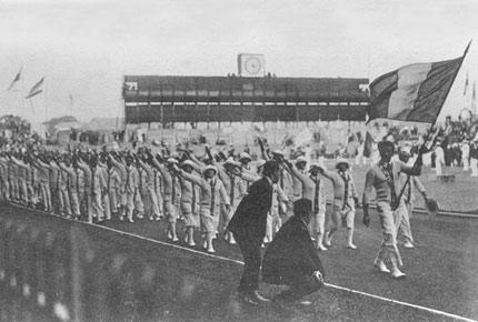 1924年7月5日,巴黎奥运会开幕式上,法国代表团入场