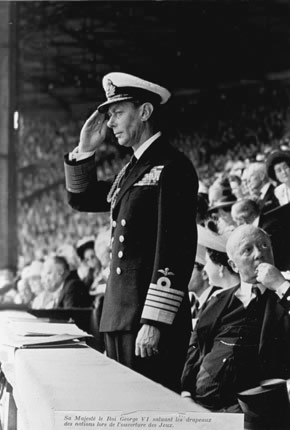 1948年7月29日,来自于王室的拳击选手在伦敦奥运会开幕式上向旗手们致敬