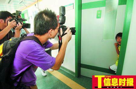 走出检查的科室,小慧敏一打开门就给现场众多的记者给吓到了。