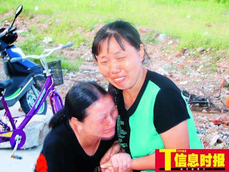 看到丈夫的遗体,熊孙铭的妻子林明秀泣不成声。