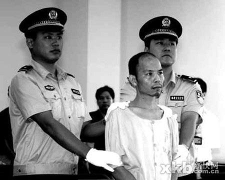 黄文义在听判。比起刚被警方抓获之时的情形,黄文义显得颇为消瘦