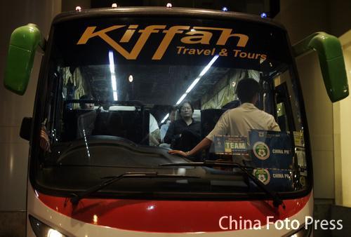 图文:亚洲杯出局国足启程回国 大巴驶出酒店