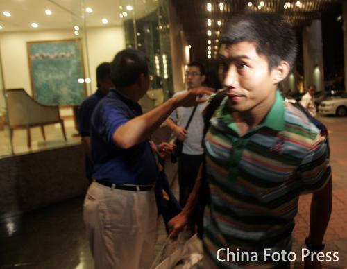图文:亚洲杯出局国足启程回国 郑智表情暗淡