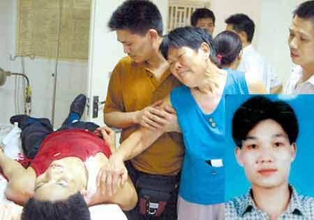 悲痛欲绝的母亲告别与歹徒搏斗牺牲的王祚炳 深圳晚报记者 汪阳 摄