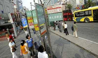松江新城酝酿更换公交线路和公交车辆以方便新老城区居民出行。张栋早报资料