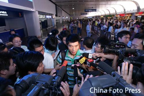 郑智在机场接受采访(欣赏组图)