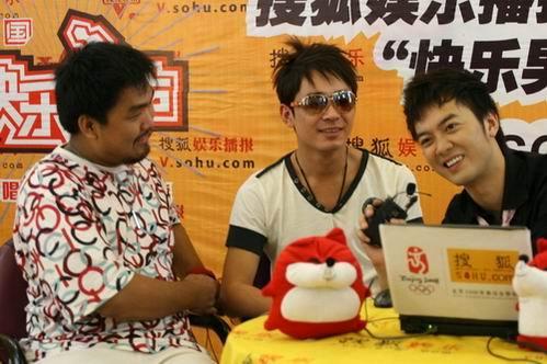 图:阿穆隆接受搜狐娱乐播报主持人黄锐访问