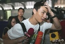 图文:[亚洲杯]国足抵京 李玮峰躲避媒体
