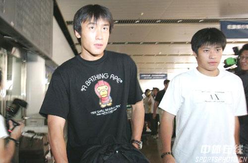 图文:[亚洲杯]国足抵京 杜威和张耀坤现身