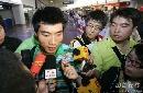 图文:[亚洲杯]国足抵京 郑智接受采访