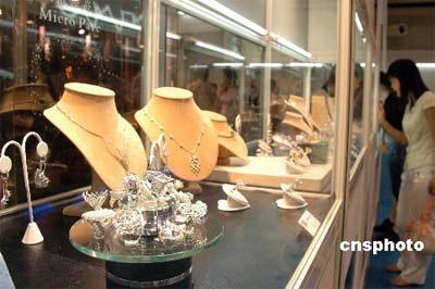 """7月19至22日,第八届北京国际珠宝展览会在中国国际贸易中心举办。展出的翡翠、钻石、珍珠、有色宝石、铂金、黄金等""""奇珍异宝""""琳琅满目,令观众目不暇接。中新社发李学仕 摄"""
